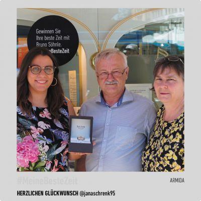 """Einfach spitzenmäßig! 🎉 Am vergangenen Samstag hat unser Fachhändler Servatius aus Bad Kissingen, der ersten Gewinnerin unserer POS-Aktion, die wunderschöne Damenuhr Armida, im Wert von 775€, überreicht. @janaschrenk95 hat ihre POS-Postkarte bei dem Fachhändler ihres Vertrauens abgeholt und uns eine wunderschöne Collage mit einer schönen Story zugesendet. Vielen Dank dafür! Du möchtest auch die Chance haben eine Bruno Söhnle Uhr zu gewinnen? Dann schnell zu einem der teilnehmenden Fachhändler, Postkarte abholen und deine beste Zeit dokumentieren 👉 Die aktuelle POS Aktion """"Partneruhren"""" läuft noch bis Ende Juli 😉 #BrunoSöhnle - #Gewinnerin #POS #Gewinnchance #Spitze #Aktion #Damenuhr #MeineBesteZeit #Partneruhren #Glashütte #MadeInGermany #Uhr #Uhrenliebe #Qualität #Lieblingsstück"""