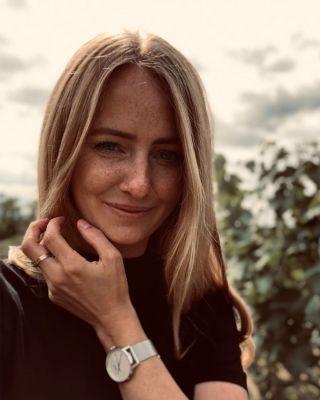 """""""Die besten Weine sind die, die wir mit Freunden trinken."""" Ihr wollt mehr über die junge Winzerin Juliane Eller erfahren? Dann bleibt dran, denn sie erzählt euch mehr über ihre beste Zeit und ihr Bruno Söhnle-Lieblingsstück💎 #MeineBesteZeit @juwel_weine #BrunoSöhnle - #Wein #Freunde #Winzerin #Leben #Freude #Lieblingsstück #Stuttgart #Uhrenliebe #Aktion #Glashütte #MadeInGermany"""